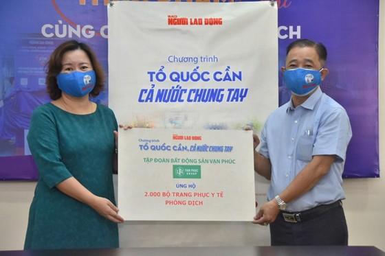 Van Phuc Group ủng hộ 100 tấn gạo, 2.000 quần áo bảo hộ chống dịch Covid-19 ảnh 1