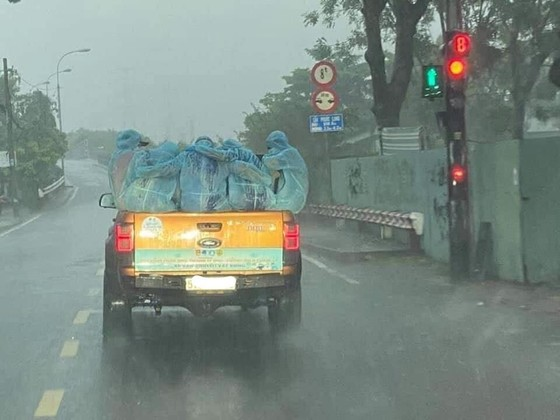 Xúc động khoảnh khắc những tình nguyện viên áo xanh đội mưa chống dịch Covid-19 - ảnh 1