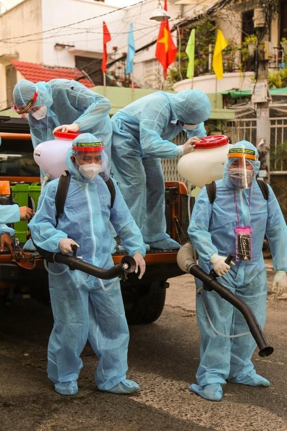 Xúc động khoảnh khắc những tình nguyện viên áo xanh đội mưa chống dịch Covid-19 - ảnh 2