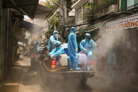 Xúc động khoảnh khắc những tình nguyện viên áo xanh đội mưa chống dịch Covid-19 - ảnh 4
