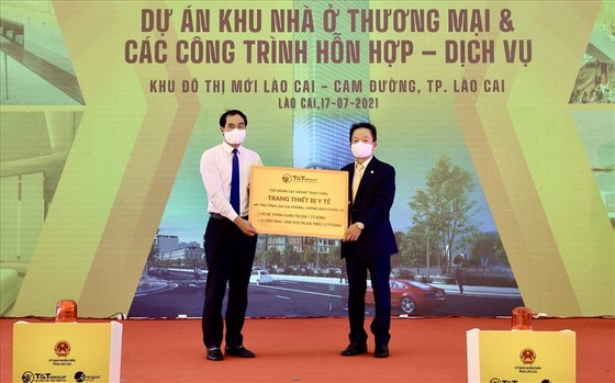 Ông Đỗ Quang Hiển, Chủ tịch HĐQT kiêm Tổng Giám đốc Tập đoàn T&T Group (bên phải) trao tặng trang thiết bị y tế hỗ trợ công tác phòng, chống dịch Covid-19 cho ông Trịnh Xuân Trường, Chủ tịch UBND tỉnh Lào Cai (bên trái). Nguồn: T&T