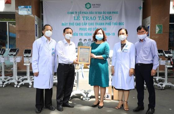 Van Phuc Group tặng 26 máy thở cho các bệnh viện tại TP Thủ Đức ảnh 2