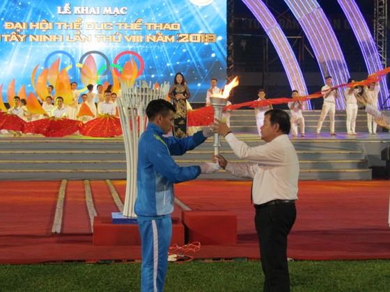 Ông Phạm Văn Tân, Chủ tịch UBND tỉnh Tây Ninh thực hiện nghi thức đốt đuốc truyền thống. Ảnh: XUÂN TRUNG