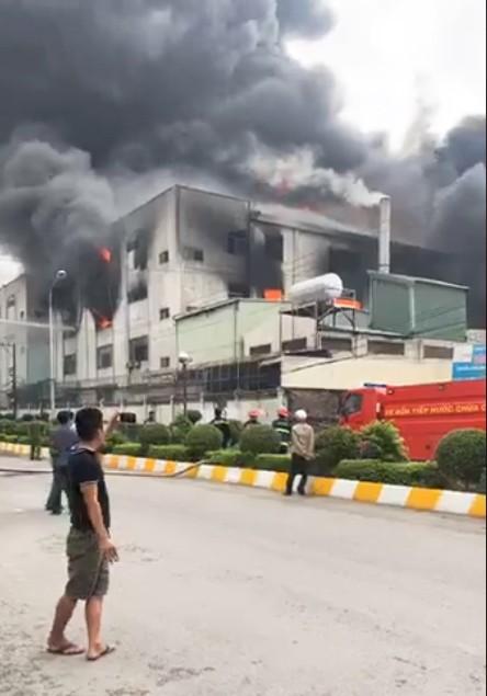 Huy động 200 cán bộ PCCC đến KCN Việt Hương ảnh 11