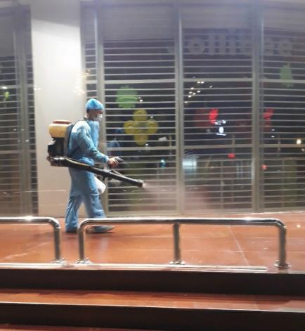 Nhân viên phun thuốc khử trùng tại một địa điểm gần Trường ĐH Thủ Dầu Một