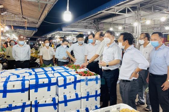 Phó Chủ tịch UBND TPHCM Dương Anh Đức kiểm tra đột xuất chợ đầu mối lúc nửa đêm ảnh 8