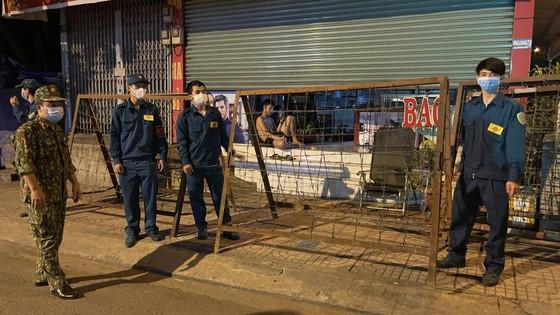 Bí thư Quận ủy quận Bình Tân kiểm tra lập chốt phong tỏa 3 khu phố ảnh 3