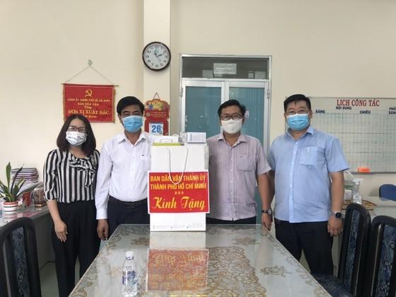 Ban Dân vận Thành ủy TPHCM thăm lực lượng tuyến đầu phòng chống dịch ở quận Bình Tân ảnh 3