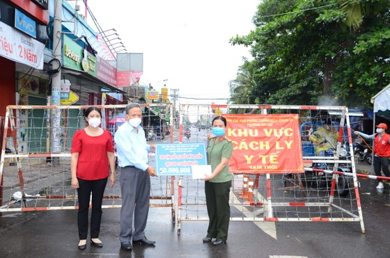 Ban Dân vận Thành ủy TPHCM thăm lực lượng tuyến đầu phòng chống dịch ở quận Bình Tân ảnh 2