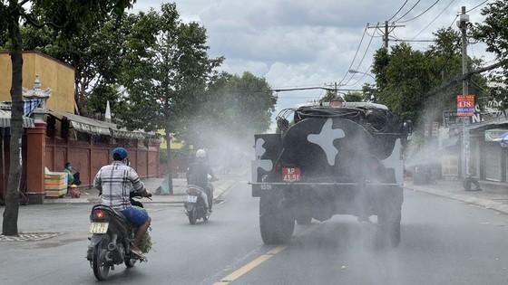 Quân đội phun thuốc khử khuẩn quy mô lớn tại quận Bình Tân ảnh 15