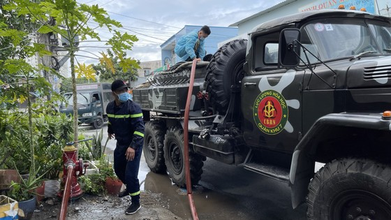 Quân đội phun thuốc khử khuẩn quy mô lớn tại quận Bình Tân ảnh 17
