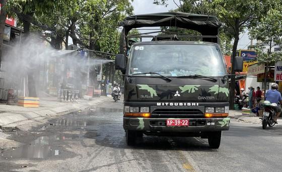 Quân đội phun thuốc khử khuẩn quy mô lớn tại quận Bình Tân ảnh 11