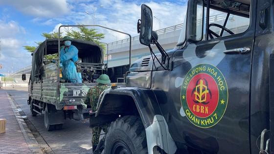 Quân đội phun thuốc khử khuẩn quy mô lớn tại quận Bình Tân ảnh 1
