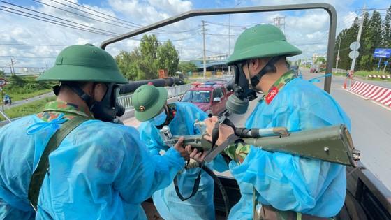 Quân đội phun thuốc khử khuẩn quy mô lớn tại quận Bình Tân ảnh 9