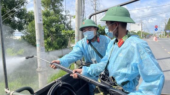 Quân đội phun thuốc khử khuẩn quy mô lớn tại quận Bình Tân ảnh 10