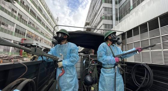 Quân đội phun thuốc khử khuẩn quy mô lớn tại quận Bình Tân ảnh 19