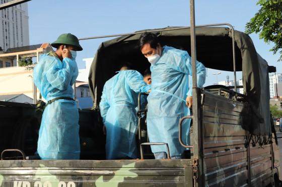 Quân đội phun thuốc khử khuẩn quy mô lớn tại quận Bình Tân ảnh 5