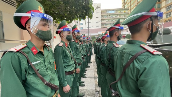 Lực lượng vũ trang TPHCM ra quân tuần tra kiểm soát dịch Covid-19 toàn thành phố ảnh 5