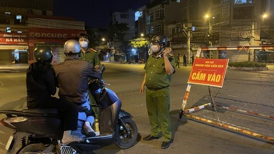Lực lượng vũ trang TPHCM ra quân tuần tra kiểm soát dịch Covid-19 toàn thành phố ảnh 11