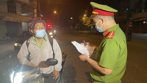 Lực lượng vũ trang TPHCM ra quân tuần tra kiểm soát dịch Covid-19 toàn thành phố ảnh 13