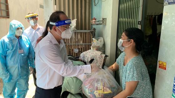 Phó Bí thư Thành ủy TPHCM Nguyễn Hồ Hải thăm hỏi, tặng quà bà con khó khăn trong khu phong tỏa ảnh 2
