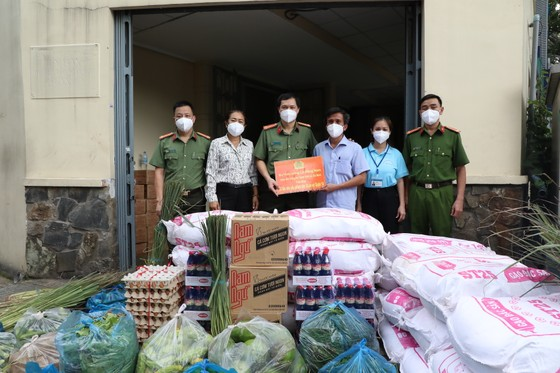 Cán bộ, chiến sĩ công an tặng hơn 14 tấn rau, củ, quả cho bà con TPHCM ảnh 3