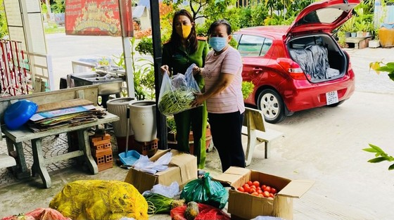 Cán bộ, chiến sĩ công an tặng hơn 14 tấn rau, củ, quả cho bà con TPHCM ảnh 2