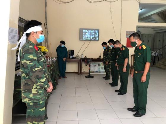 Lập bàn thờ chịu tang cha mẹ trong khu cách ly, hai chiến sĩ tiếp tục chống dịch Covid-19 ảnh 3