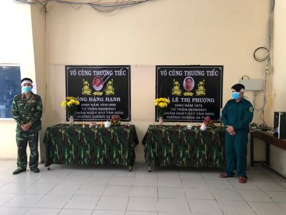 Lập bàn thờ chịu tang cha mẹ trong khu cách ly, hai chiến sĩ tiếp tục chống dịch Covid-19 ảnh 1