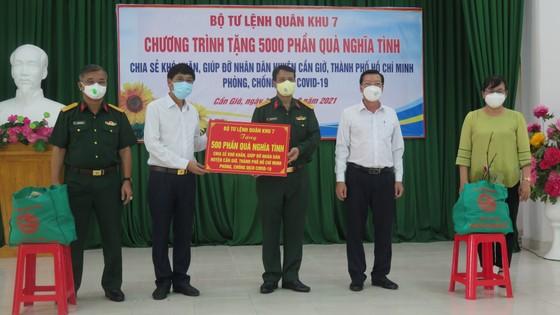 Quân khu 7 trao tặng quà hỗ trợ bà con khó khăn ở huyện Cần Giờ ảnh 1