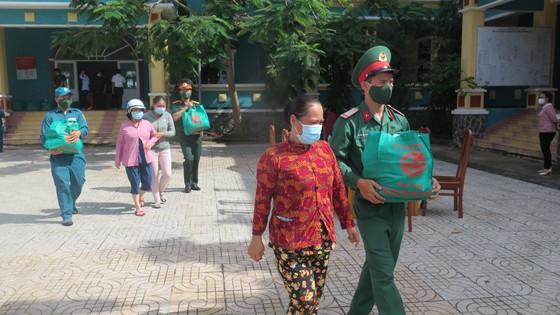 Quân khu 7 trao tặng quà hỗ trợ bà con khó khăn ở huyện Cần Giờ ảnh 2