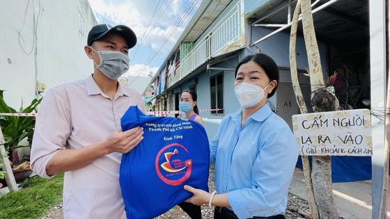 Đại biểu HĐND TPHCM trao tặng 10.000 phần quà đến công nhân, người lao động gặp khó khăn do dịch Covid-19 ảnh 4