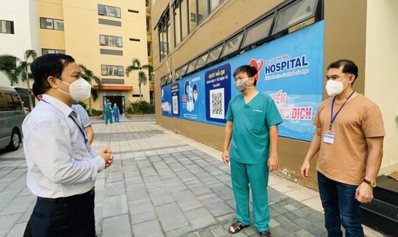 Ban Tổ chức Thành ủy TPHCM thăm hỏi, trao quà đến y, bác sĩ tuyến đầu chống dịch Covid-19 ảnh 4