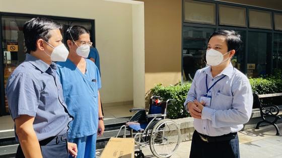 Ban Tổ chức Thành ủy TPHCM thăm hỏi, trao quà đến y, bác sĩ tuyến đầu chống dịch Covid-19 ảnh 1
