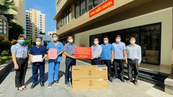 Ban Tổ chức Thành ủy TPHCM thăm hỏi, trao quà đến y, bác sĩ tuyến đầu chống dịch Covid-19 ảnh 3
