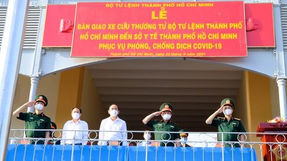 Bộ Tư lệnh TPHCM bàn giao nhân lực, tài lực cho Sở Y tế TPHCM chống dịch Covid-19 ảnh 1