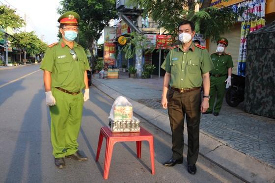 Lãnh đạo Công an TPHCM thăm hỏi, trao quà cán bộ chiến sĩ tại chốt kiểm soát phòng, chống dịch ảnh 2