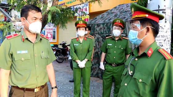 Lãnh đạo Công an TPHCM thăm hỏi, trao quà cán bộ chiến sĩ tại chốt kiểm soát phòng, chống dịch ảnh 1