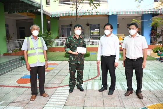 Lãnh đạo TPHCM thăm, động viên các 'pháo đài' chống dịch ảnh 9