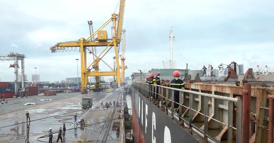 Tàu chở hàng nguyên liệu giấy neo tại Cảng Bến Nghé bốc cháy ảnh 2