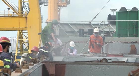 Tàu chở hàng nguyên liệu giấy neo tại Cảng Bến Nghé bốc cháy ảnh 1