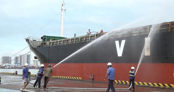 Tàu chở hàng nguyên liệu giấy neo tại Cảng Bến Nghé bốc cháy ảnh 3