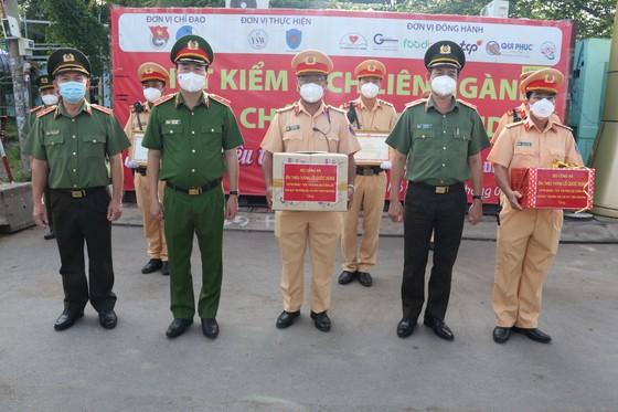 Chiến sĩ CSGT đưa người dân đi cấp cứu được Thủ tướng Chính phủ trao bằng khen ảnh 1
