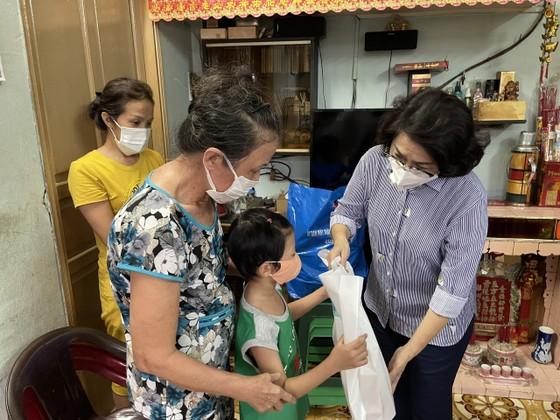 Giám đốc Trung tâm An sinh TPHCM trao quà cho người dân khó khăn ảnh 3