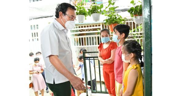 Bí thư Thành ủy TPHCM Nguyễn Văn Nên động viên các em mồ côi vượt qua khó khăn, học thật giỏi ảnh 4