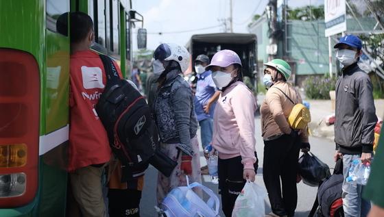 Hơn 600 người kẹt ở chốt kiểm soát được TPHCM đưa về quê bằng xe ô tô