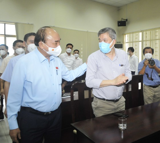 Chủ tịch nước Nguyễn Xuân Phúc gợi mở cách kiểm soát dịch và phát triển kinh tế cho TPHCM ảnh 10
