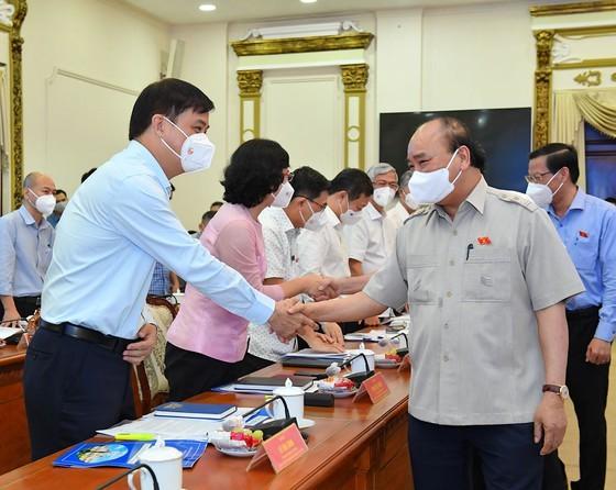 Chủ tịch nước Nguyễn Xuân Phúc gợi mở cách kiểm soát dịch và phát triển kinh tế cho TPHCM ảnh 15