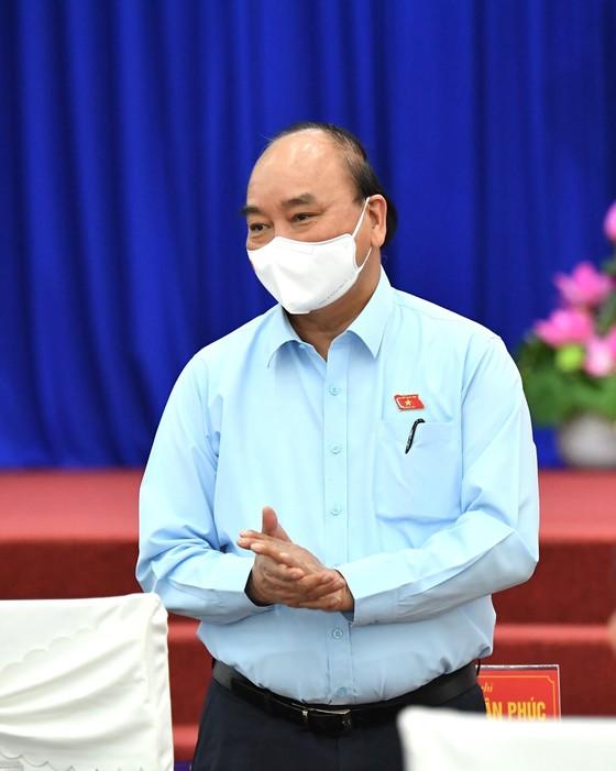 Chủ tịch nước Nguyễn Xuân Phúc gợi mở cách kiểm soát dịch và phát triển kinh tế cho TPHCM ảnh 11