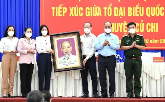Chủ tịch nước Nguyễn Xuân Phúc gợi mở cách kiểm soát dịch và phát triển kinh tế cho TPHCM ảnh 8